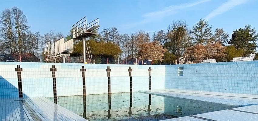 Schwimmer Becken ohne Wasser