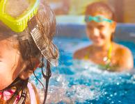 Kinder haben Spaß im Freibad
